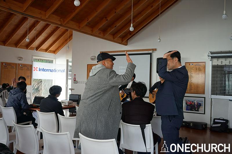 김태원 목사의 찬양인도로 시작한 리트릿.jpg