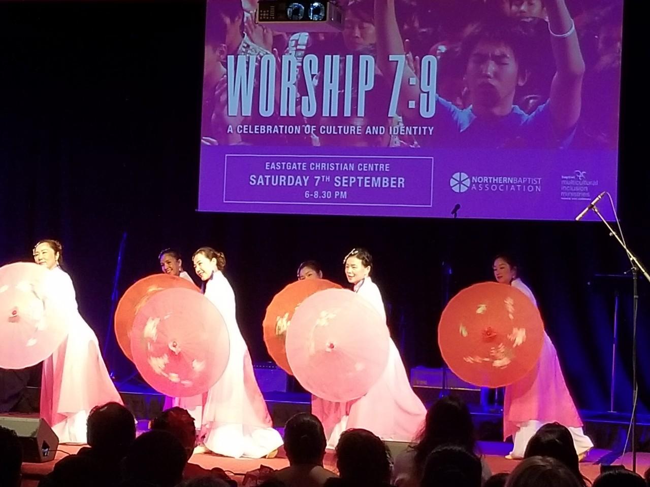 중국인 여성그룹 민속춤.jpg