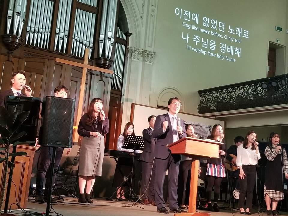 전재식 목사님 & 찬양팀.jpg